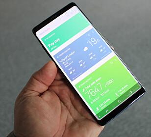 GOD PLASS: Skjermen er så stor at Samsung har bakt inn en ny funksjon for letter å kjøre to apper samtidig - side om side. Foto: Bjørn Eirik Loftås