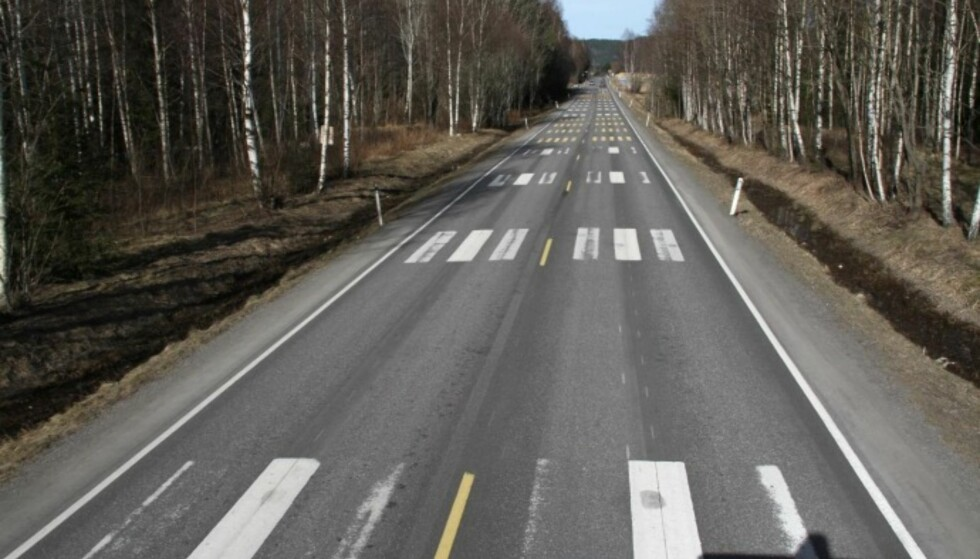 ULIK SLITASJE: Bildet er et eksempel fra prøvefelt for vegoppmerking på Fylkesveg 40, ved Kvelde i Vestfold (2010-2013). Her kan man tydelig se forskjellig slitasje fra «produsent 1» (nærmest) til «produsent 2» (nest nærmest) og «produsent 3» også videre. Foto: Statens vegvesen