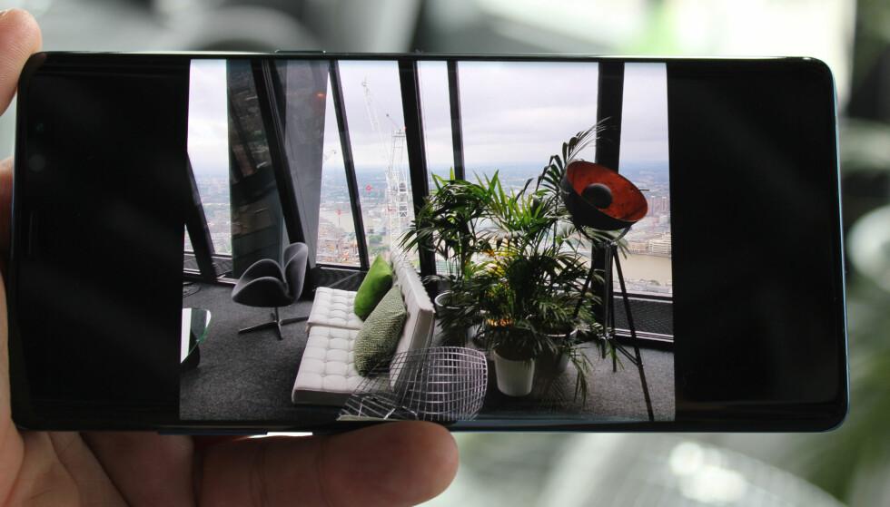 OVERBEVISENDE EKSPONERING: Her ser vi tydelig hvordan kameraet har klart å bevare detaljene på utsiden av vinduet, uten at det har gått på bekostning av detaljnivået inne. Foto: Bjørn Eirik Loftås