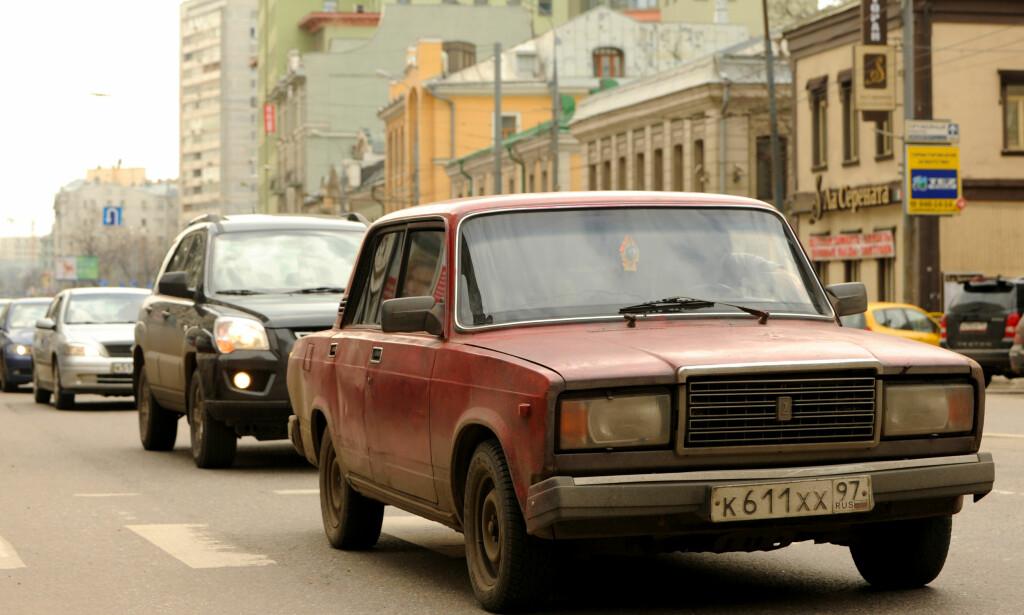 TØFF TYPE: VAZ-2107, kjent som'Semyorka' («Sjueren») i Russland og som Lada Riva i de fleste vesteuropeiske markedene. Bygget av den russiske bilprodusenten AvtoVAZ, ble denne bilen sett i Moskvai april 2012. Foto: AFP PHOTO / KIRILL KUDRYAVTSEV