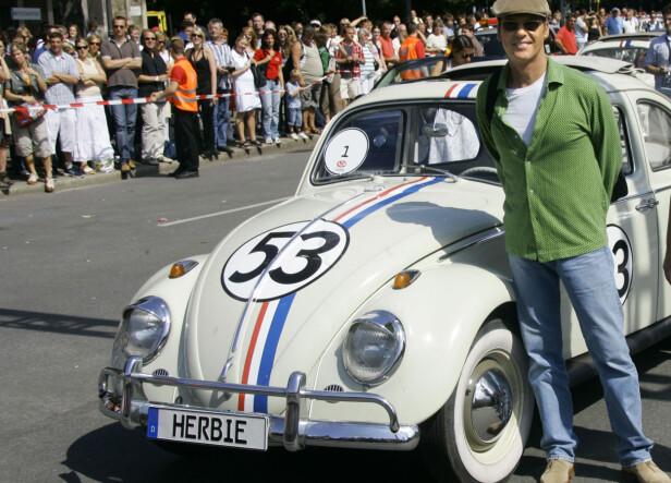 STOR STJERNE: De klassiske filmene om Herbie har vært en flott hyllest til Bobla. Her er skuespiller Michael Keaton sammen med «den levende racerbilen» i Berlin i 2005. Foto: AFP PHOTO DDP/MICHAEL KAPPELER