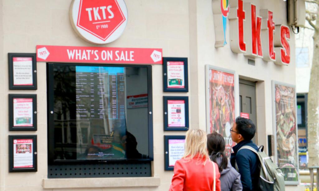HER KAN DU KJØPE BILLIGERE RESTPLASSBILLETTER: Fra Tkts-kiosken på Leicester Square i London kan du få kjøpt rabatterte billetter til forestillinger samme dag eller noen dager senere. Det kan være rabatter på opptil 60 prosent. Foto: Berit B. Njarga