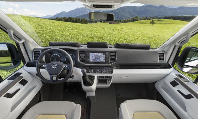OVERSIKTLIG: Minibuss-stemning foran i camperen, med kontrollsentralen for bilen som er drevet av en kraftfull turbodiesel og har firehjulsdrift og luftfjæring for god fremkommelighet og god komfort. Foto: VW