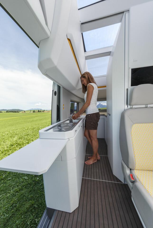 PÅ LANGS: Kjøkken langs bilsiden har gasskomfyr og vask samt skap oppe og nede hvorav to 50-liters kjøleskap. Foto: VW