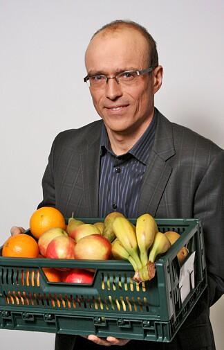 SKOLEFRUKT: Helsedirektoratet har gitt ansvaret for drift av skolefrukt-ordningen til Opplysningskontoret for frukt og grønt. Her ved prosjektleder for Skolefrukt, Tore Angelsen. Foto: Opplysningskontoret for frukt og grønt