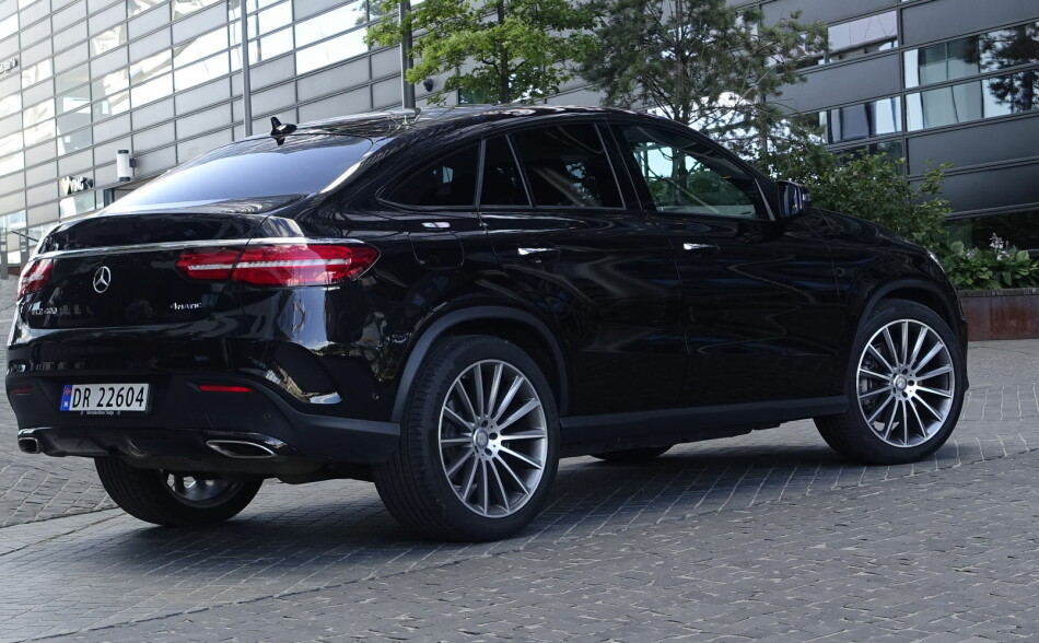 VEKKER OPPSIKT: En stor SUV med coupé-fasong er omtrent så unødvendig man kan få det. Men overraskende mange blir henrykt over den litt provoserende vogna. Foto: Rune M. Nesheim