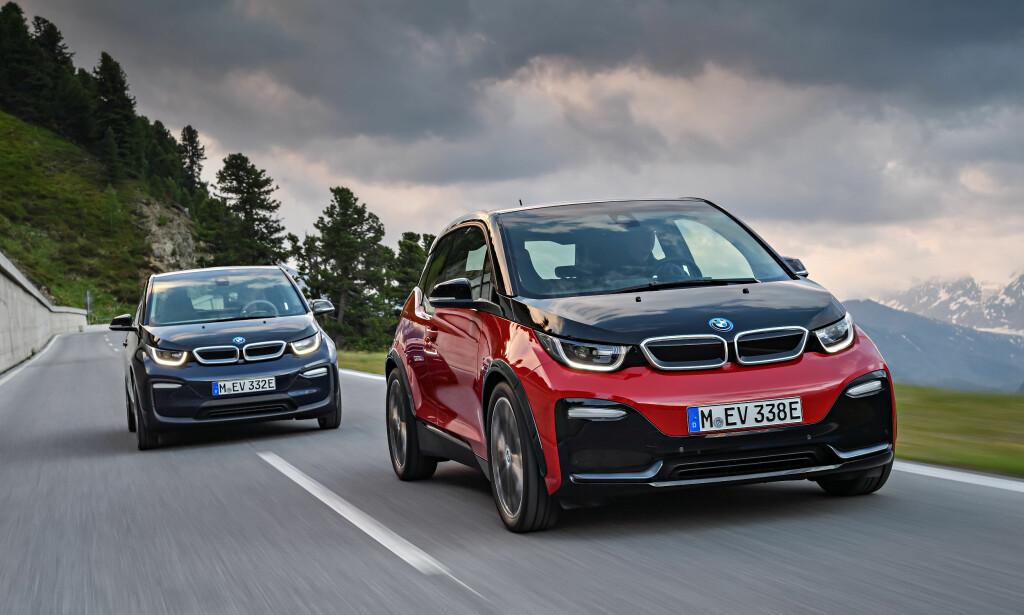 BLIR TOSPANN: Heretter tilbys to versjoner av elbilen: i3 og i3s. Sistnevnte (til høyre på bildet), får bedre ytelser, men noe redusert rekkevidde. Foto: BMW