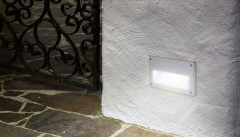 <strong>INNFELT:</strong> Lamper som kun lyser ned er mest praktisk innfelt i mur på steder hvor det er viktig med fokus nedover, i følge ekspertene. Foto: Designbelysning.no.