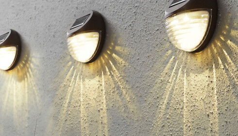 <strong>SOLCELLE:</strong>  Solcellelamper funger uten hjelp av strøm og ledninger. Lampene lades automatisk opp ved hjelp av sollyset og omdannes til elektrisk energi som lagres i et batteri. Når det begynner å skumre ute vil lampen automatisk tennes og lyse. Foto: Designbelysning.no