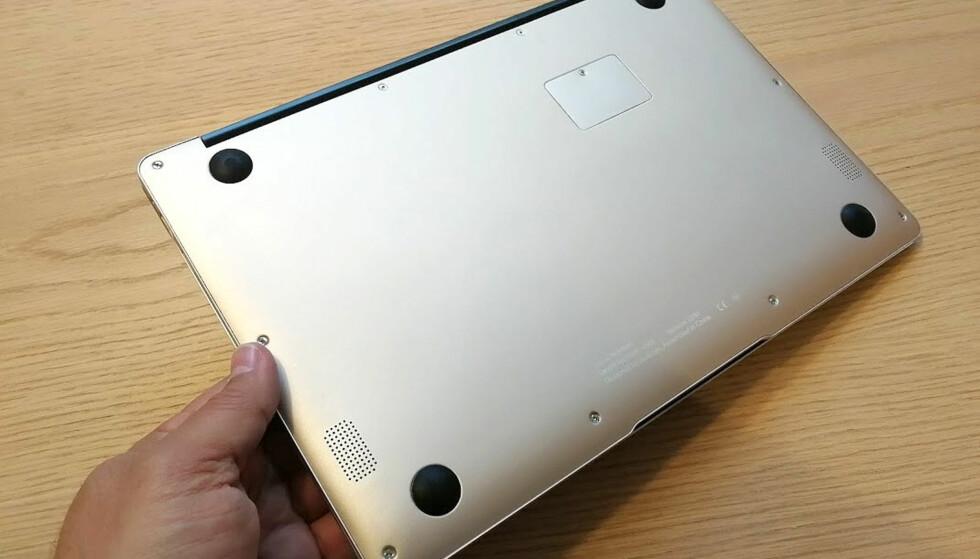 UNDERSIDEN: Her er ingen åpninger foruten luka der du kan sette inn en SSD, samt høyttalerne som sitter mot fronten. Lydkvaliteten fra disse er relativt svak. Foto: Bjørn Eirik Loftås