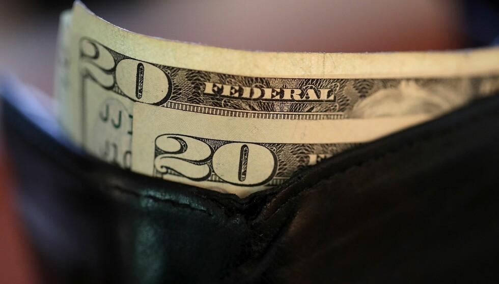 KURSFALL: Den amerikanske dollaren har latt seg påvirke blant annet av Trumps politikk, og er nå blitt rimeligere for oss nordmenn. Foto: NTB Scanpix