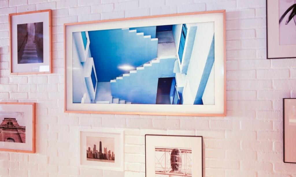 BILDE-TV: The Frame er vanskelig å skille fra et bilde på veggen når den er avskrudd. Foto: Samsung