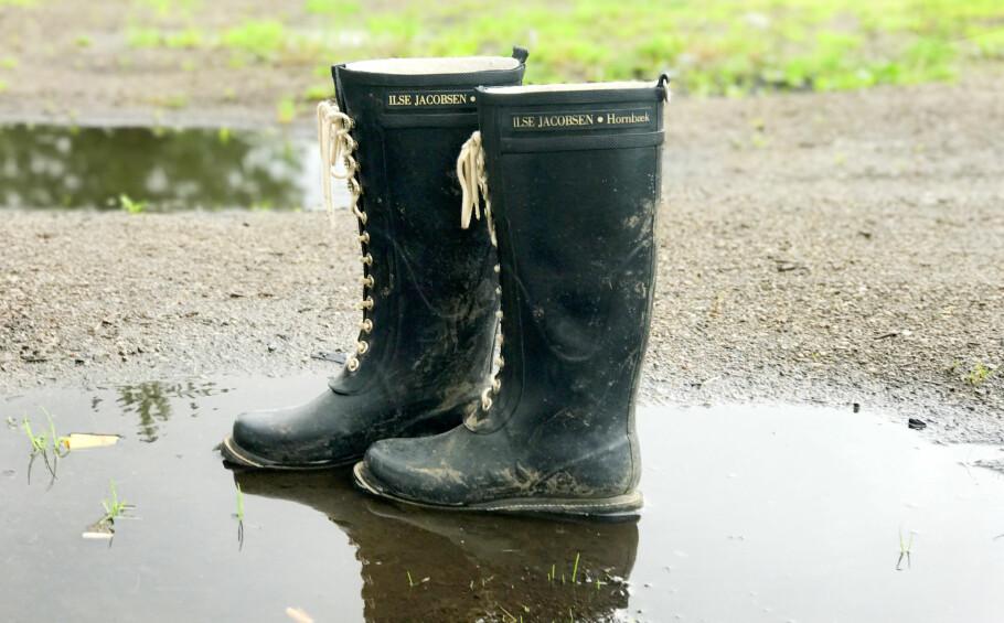 VASKE STØVLER: Hva er egentlig den mest effektive måten å rengjøre støvler som har blitt skitne? Foto: Hanna Sikkeland.