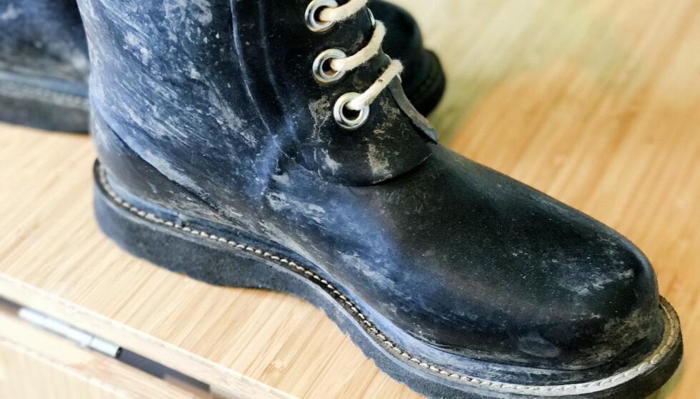 #1: Finn frem de skitne støvlene, en klut, zalo/grønnsåpe og en svamp. Foto: Hanna Sikkeland.
