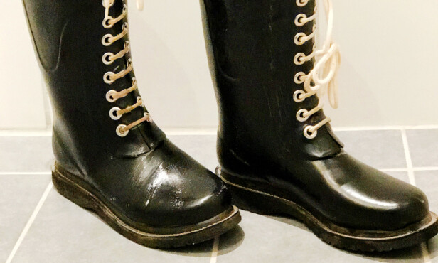 #4: Sett støvlene til «tørk» en times tid så vaskemiddelet får virke. Foto: Hanna Sikkeland.