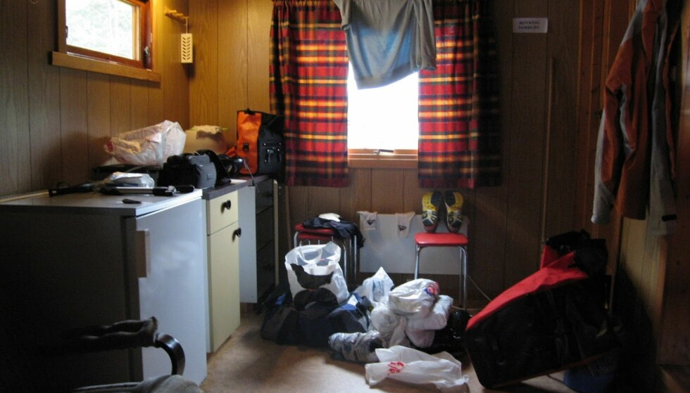 MÅ TØRKES: Alt må pakkes ut, klær må tørkes. Utrolig at jeg har fått plass til alt dette på den stakkars sykkelen. Foto: Bjørn Eirik Loftås