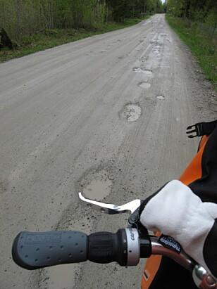 <strong>TUNGT:</strong> Å sykle her med alle de kiloene på sykkelen, ble en tung affære. Foto: Bjørn Eirik Loftås