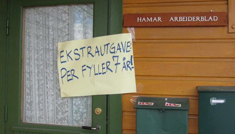 STORE NYHETER: Noen har ønsket å gi et stikk til lokalavisa i nattens mulm og mørke. Foto: Bjørn Eirik Loftås