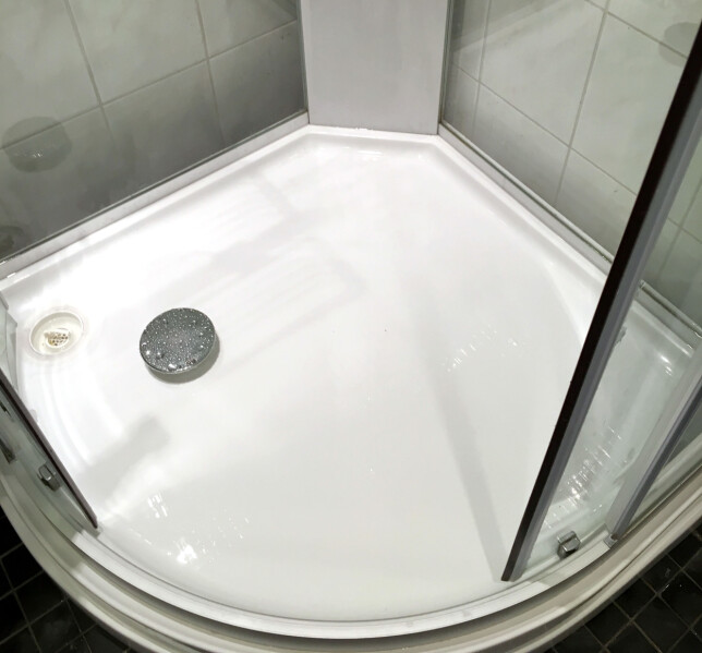 ETTER VASK: Wc-rensen fra Europris tok rotta på det besværlige belegget på dusjveggene helt uten gnikking. Vi måtte bare dra over med svamp et par ganger noen steder med besværlig belegg i dusjkaret. Foto: Kristin Sørdal