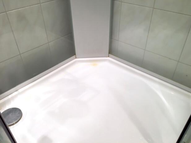 FØR VASK: Slik så det ut før vask. Ganske mye kalkbelegg på veggene, som vi av erfaring ville måtte skrubbe endel på for å bli kvitt. Foto: Kristin Sørdal