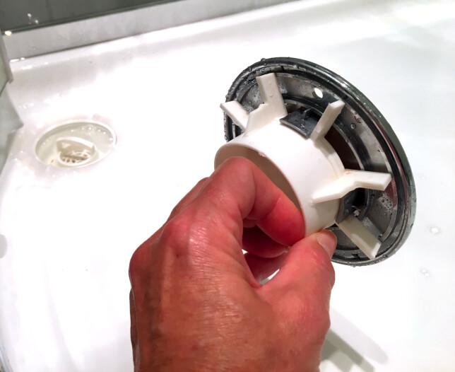 HALLELUJA: Selv lokket over silen på avløpet blir rent med wc-rens. Bare sprut på, la det stå, vent på at mirakelet skal skje - og spyl av! Halleluja! Foto: Kristin Sørdal