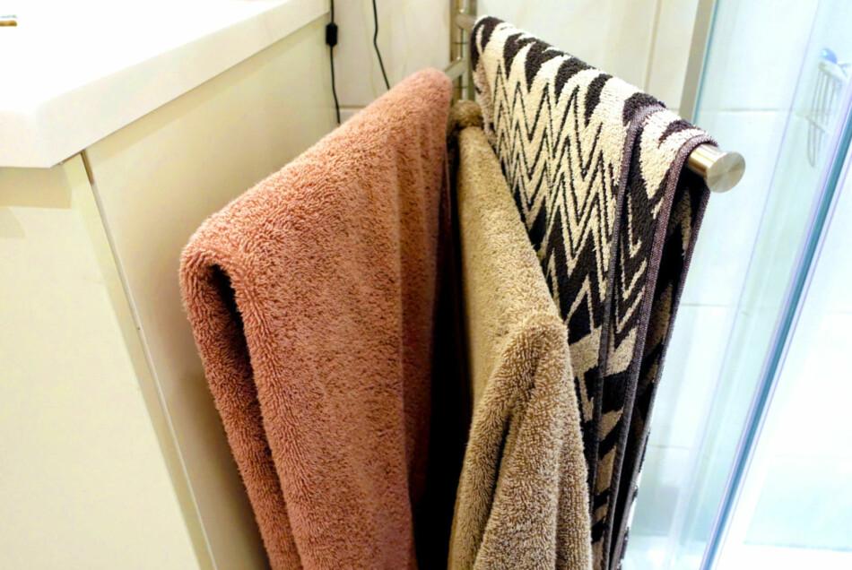 SER DU FEILEN? Det er en riktig og en feil måte å henge håndklærne på badet på, om du vil unngå bakterievekst. Det er én av flere ting du bør vite, om håndkle-bruk. Foto: Kristin Sørdal