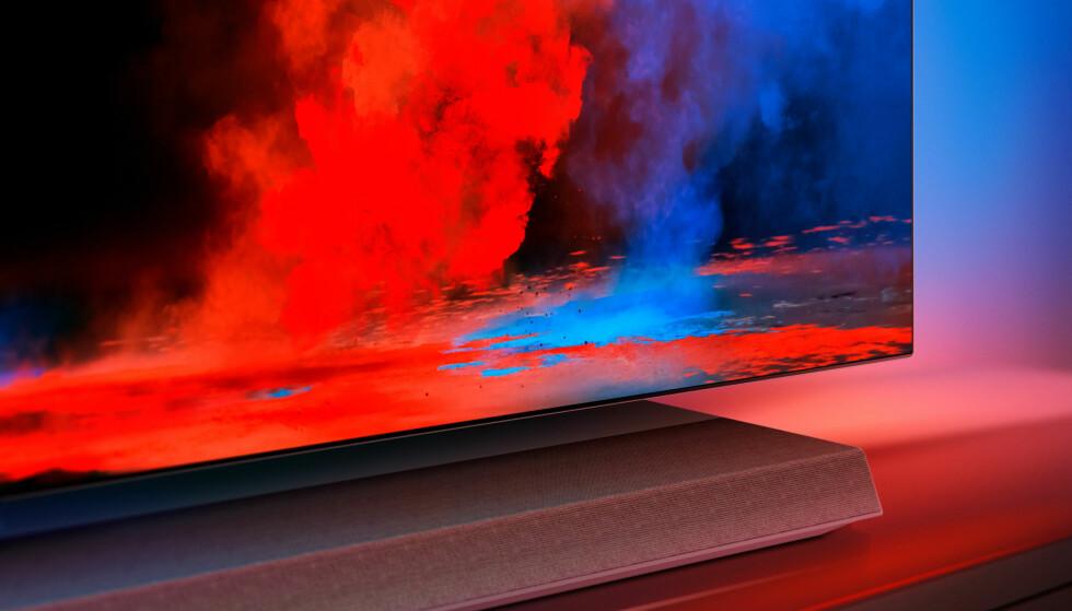 <strong>MED LYDPLANKE:</strong> Philips nye 9-serie OLED-TV byr både på høy lysstyrke, ambilight og 6.1 lydplanke i sokkelen. Foto: Philips