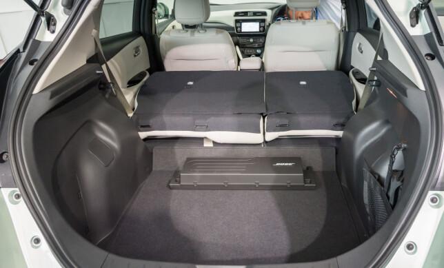 ROMSLIGERE: Nye Leaf har litt bedre plass enn før, både til passasjerer og bagasje. Utformingen av bagasjerommet fremstår ikke spesielt praktisk. Foto: Nissan