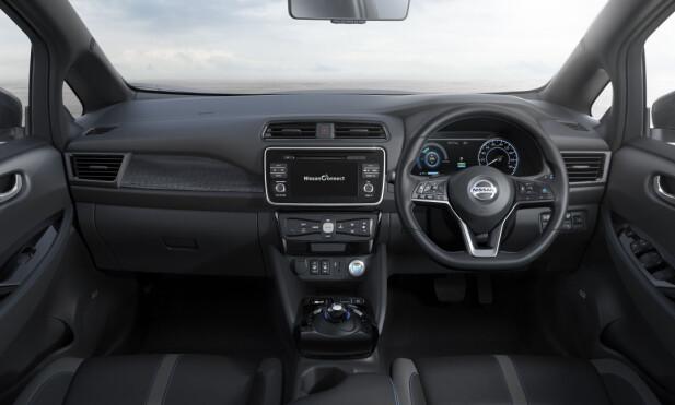 NESTEN SÅNN: Leaf i japansk utførelse med rattet på høyre side. Kvalitetsopplevelsen fant vi noe skuffende, men ble forsikret om at de ferdige produksjonsbilene som kommer i Europa vil være bedre med hensyn til materialvalg og finish. Foto: Nissan