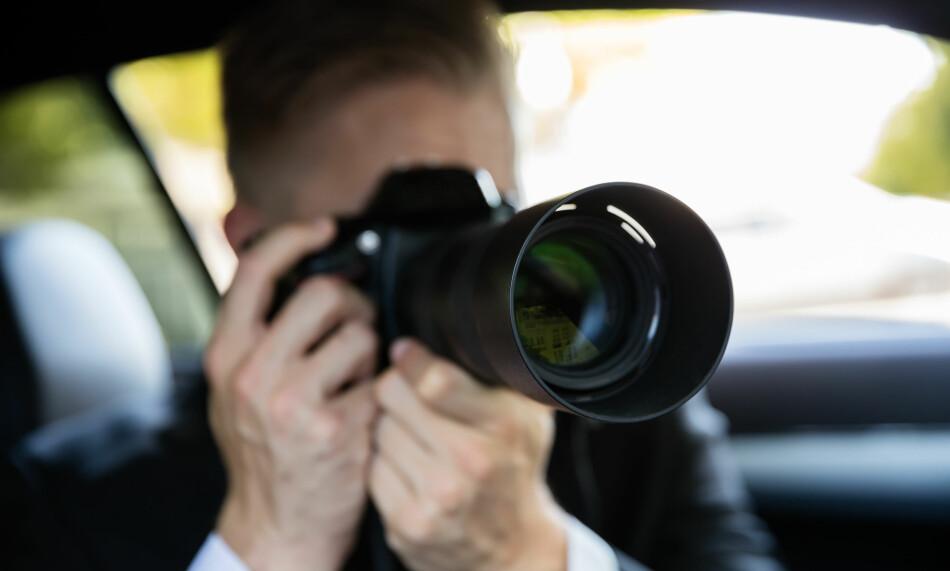 MÅ VÆRE HÅNDHOLDT: Skal forsikringsselskapet ditt filme deg i smug, må kameraet være håndholdt. Det er bare én av reglene selskapene må forholde seg til. Foto: Shutterstock / NTB Scanpix