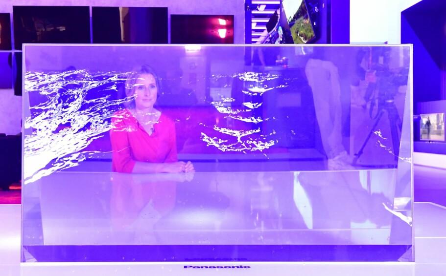 <strong>GJENNOMSIKTIG TV:</strong> Panasonic viste frem en prototype på en gjennomsiktig TV på IFA-messen, men den kommer neppe i handelen med det første. Foto: AFP PHOTO / TOBIAS SCHWARZ