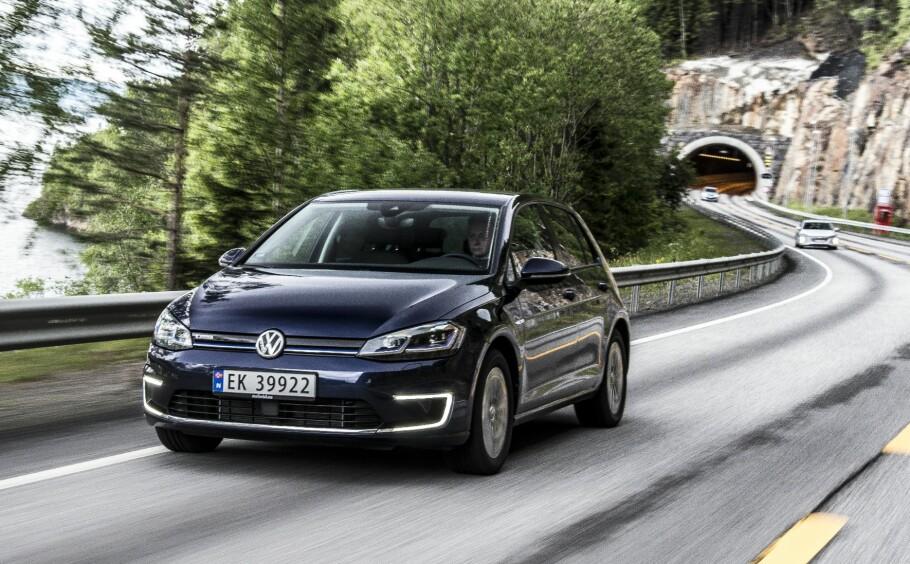 FLOMMER INN: Godt over 1000 eksemplarer av den for tiden mestselgende elbilen - Volkswagen e-Golf - ble registrert i august - 996 nyregistreringer pluss en god del bruktimporterte. Det gjorde sitt til at elbilene fikk en markedsandel på over 20 prosent i en for øvrig rekordartet august måned for bilsalget. Foto: Jamieson Pothecary