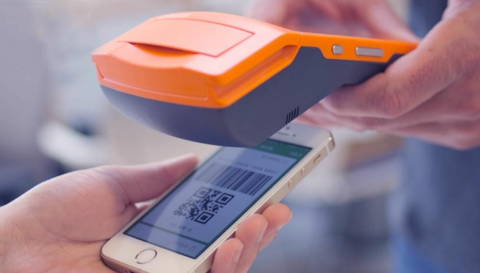 BETALE BARE MED MOBIL: Med Apay-appen trenger du kun en smarttelefon for å betale for deg. I Kina har moderselskapet Alipay forbigått alle andre betalingsmåter, inkludert bankkort. Foto: Apay Nordic.