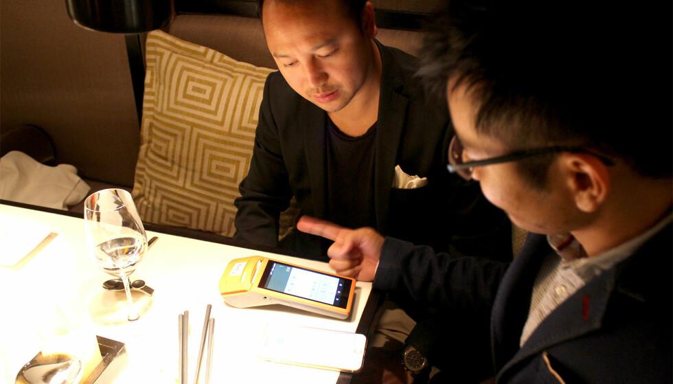 TESTER APPEN: Restauranteierne Sean Cao fra Dinner Bar & Restaurant (til venstre) og Michael Wu fra Tatakii Asian tester Apay i førstnevntes restaurant i Oslo. Foto: Eilin Lindvoll.