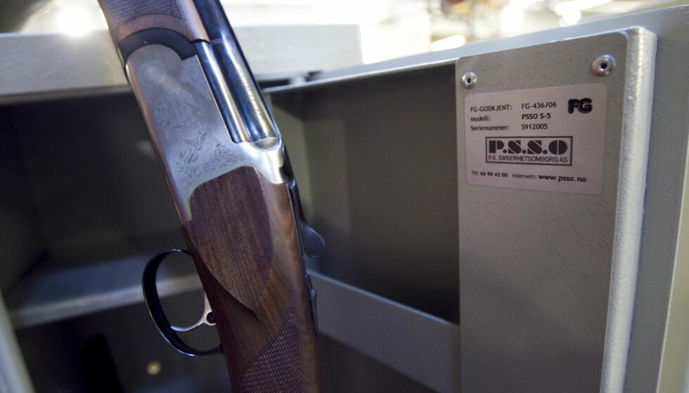 SIKKERHETSKRAV: Pass på at jaktvåpenet ditt oppbevares i et godkjent våpenskap utenom jaktsesongen. Mens du er ute på jakt, må du ta med en vital del av våpenet dersom det skal forlates uten tilsyn. Foto: NTB scanpix.