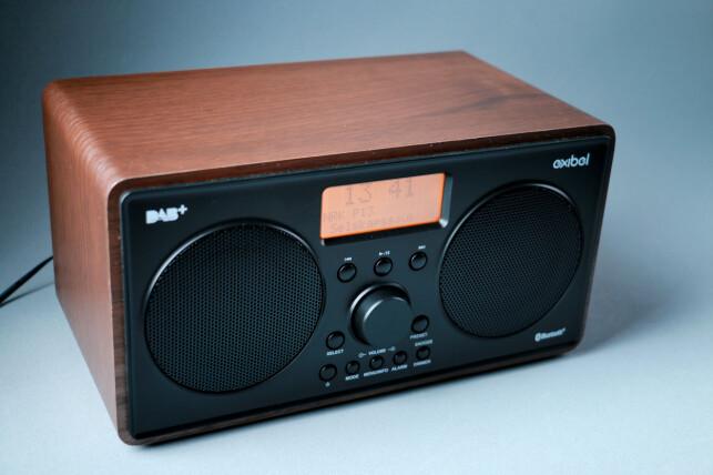 VELUTSTYRT: Det er ikke ofte vi ser Bluetooth på DAB-radioer til under 800 kroner. Men denne Clas Ohlson-radioen har det. Foto: Ole Petter Baugerød Stokke