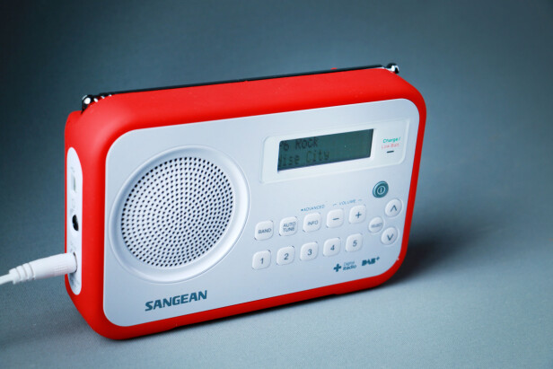 <strong>KJEKK PÅ TUR:</strong> Sangean-radioen har gummiert beskyttelse for røffe forhold. Foto: Ole Petter Baugerød Stokke