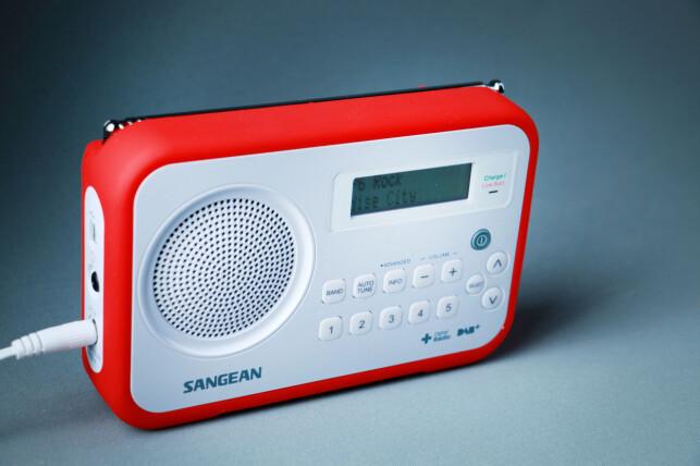KJEKK PÅ TUR: Sangean-radioen har gummiert beskyttelse for røffe forhold. Foto: Ole Petter Baugerød Stokke