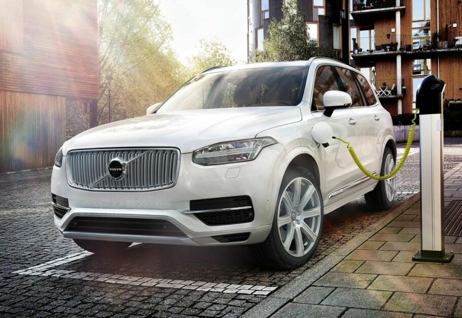 STRØM OG BENSIN: Med ladbare hybrider, for eksempel fra Volvo, kan man både lade batteriet og fylle tanken. Men mange mener avgiftsfordelene de nyter i dag ikke står i forhold til hvor mye CO2 de faktisk slipper ut. Foto: Volvo