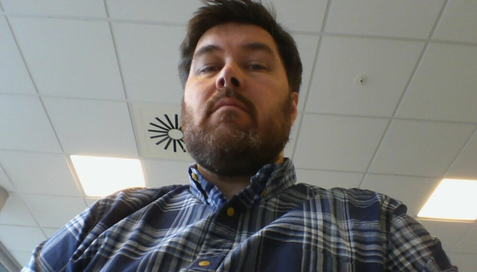 NEDENFRA OG OPP: Plasseringen gir en litt spesiell vinkel når du har webkonferanser. Foto: Dinside.no