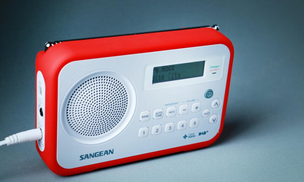KJEKK OGSÅ PÅ TUR: Sangean-radioen har gummiert beskyttelse for røffe forhold. Kvaliteten er ellers svært bra til å være en radio til godt under tusenlappen. Foto: Ole Petter Baugerød Stokke