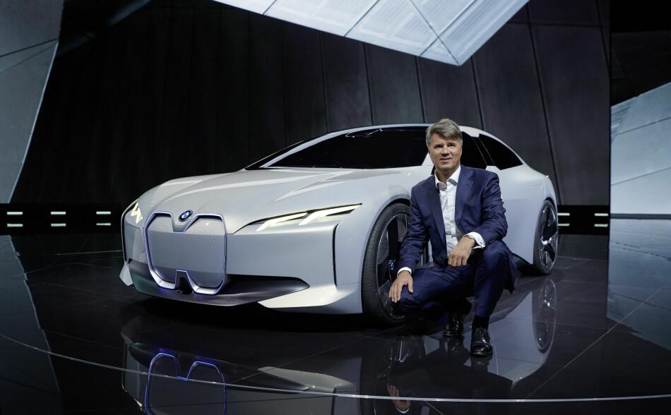 AVDUKET: Her poserer BMWs toppsjef Harald Krüger foran konseptbilen BMW i Vision Dynamics. Den forteller noe om en kommende elbil fra den tyske premiumprodusenten.