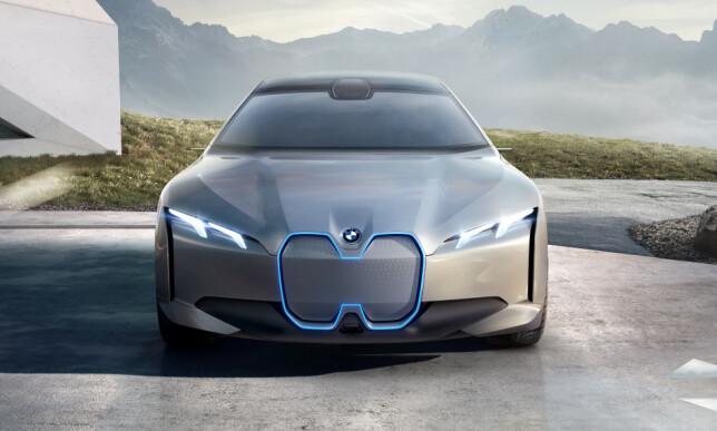 INGEN GRILL: BMW i Vision Dynamics har de tradisjonelle «nyrene» i fronten, men mer som et designgrep for å videreføre BMW-tradisjonen inn i fremtiden. Foto: BMW