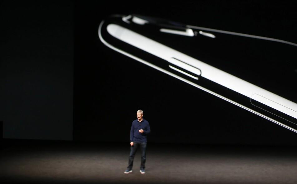 NY IPHONE: I kveld lanserer Tim Cook og Apple sin høstkolleksjon; blant annet med nye iPhone-modeller. Her fra lanseringen av iPhone 7 i fjor. Foto: Stephen Lam/Getty Images/AFP/NTB Scanpix