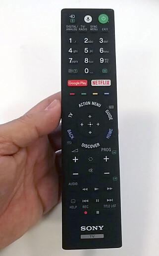 KLASSISK: Fjernkontrollen er stor og det hadde ikke skadet om det var litt færre knapper, mener vi. Foto: Bjørn Eirik Loftås