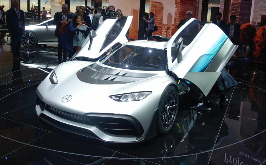 PUBLIKUMSMAGNET: Hvis AMG GT R er superbilen til Mercedes, er project one hyperbilen. Mercedes-toppsjef Dieter Zetsche presenterte showbilen som formel 1-bilen for veien. Med over 1000 hester fra en 1,6-liters bensinmotor sammen med to elmotorer, gjør den 0-200 på under seks sekunder. Og - den skal produseres i 275 eksemplarer. Foto: Rune M. Nesheim