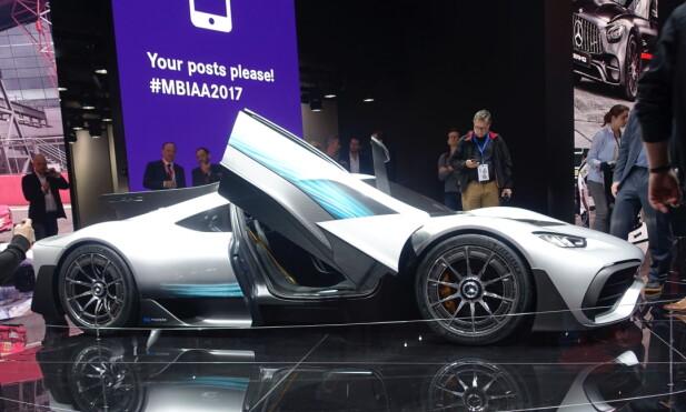 <strong>SUBBER BAKKEN:</strong> Presentert som første formel 1-bil som kan registreres for vei, er det ikke venskelig å gjette opprinnelsen til AMG Project One. Foto: Rune M. Nesheim
