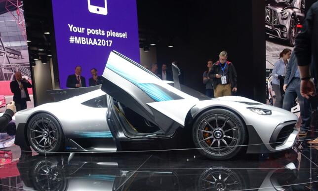 SUBBER BAKKEN: Presentert som første formel 1-bil som kan registreres for vei, er det ikke venskelig å gjette opprinnelsen til AMG Project One. Foto: Rune M. Nesheim