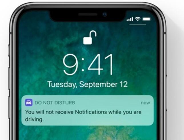 ØYNENE PÅ VEIEN: En ny ikke forstyrr-funksjon kan automatisk aktiveres når du kjører, slik at varsler ikke spretter opp i tide og utide. Foto: Apple