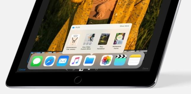 MER PÅ IPAD: En av nyhetene på iPad er at du kan sveipe opp for å vise docken. Derfra kan du åpne nylige filer i en app ved å holde fingeren inne på den, eller dra en app opp på skjermen for å splitte skjermbildet. Foto: Apple